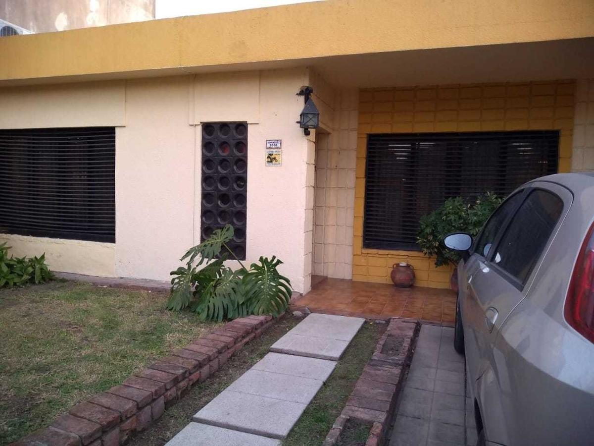 vende exc casa s/lote de 10 x 36 apta 2 familias en castelar