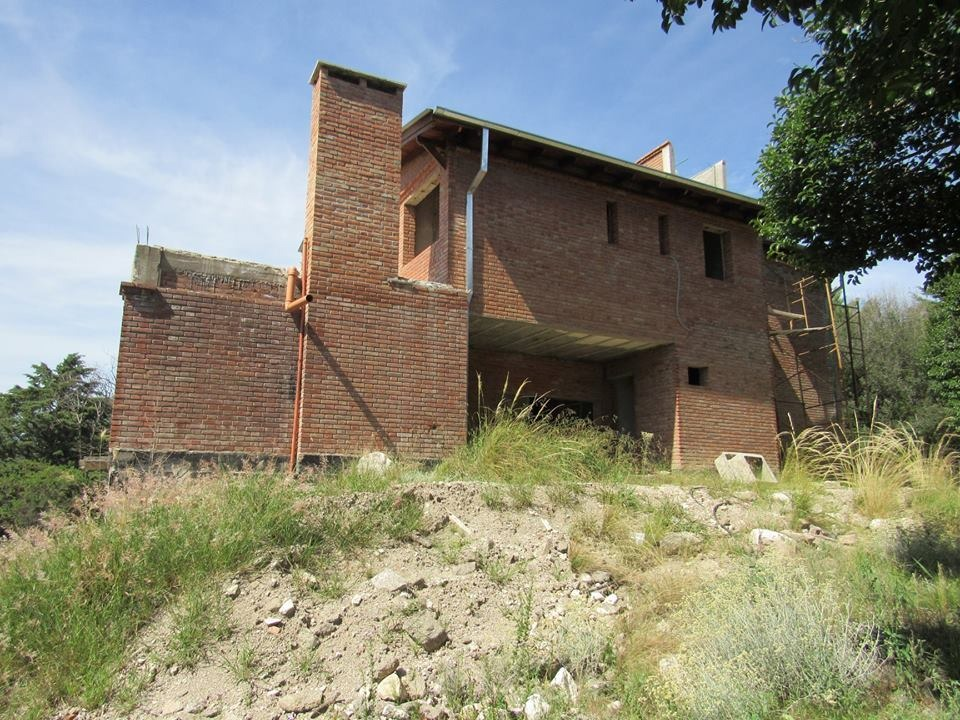 vende imponente propiedad a terminar, villa general belgrano