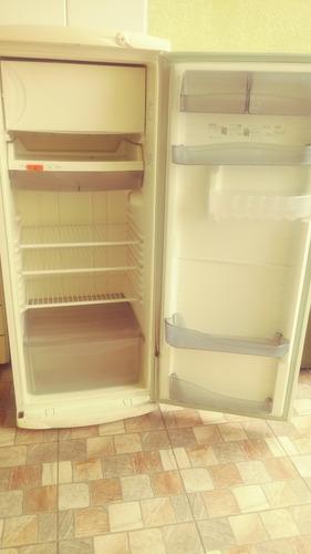 vende se uma geladeira 350 real moro em osasco