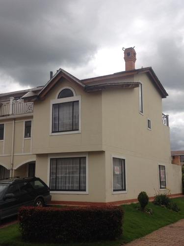 vendemos/permutamos hermosa y amplia casa en chia