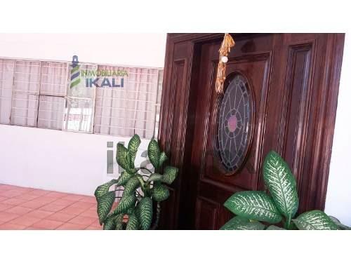 vendo amplia casa en santiago de la peña, tuxpan, veracruz, se encuentra ubicada en la calle 5 de mayo, cuenta con sala, comedor, cocina, 3 recamaras, cuarto de servicio, 3.5 baños, terraza, área de