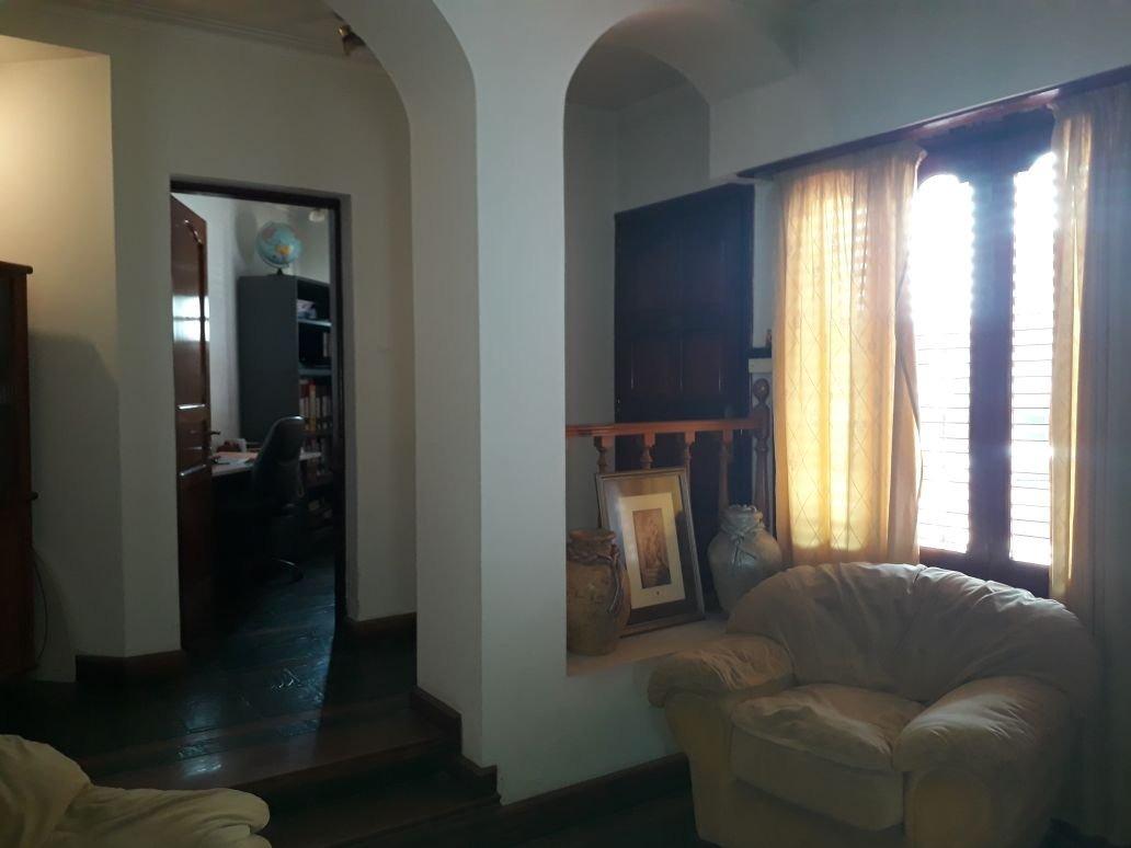 vendo amplio chalet 4 dormitorios. con piscina jardín y quincho. zona semicéntrica.
