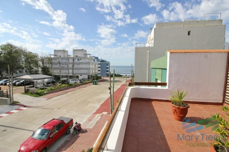 vendo apartamento 2 dormitorios con gran terraza y parrillero propio en la península, edificio con piscina y servicios.-ref:71