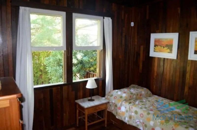 vendo casa 4 dormitorios, terreno grande en pinares a 3 del mar, punta del este.-ref:2776