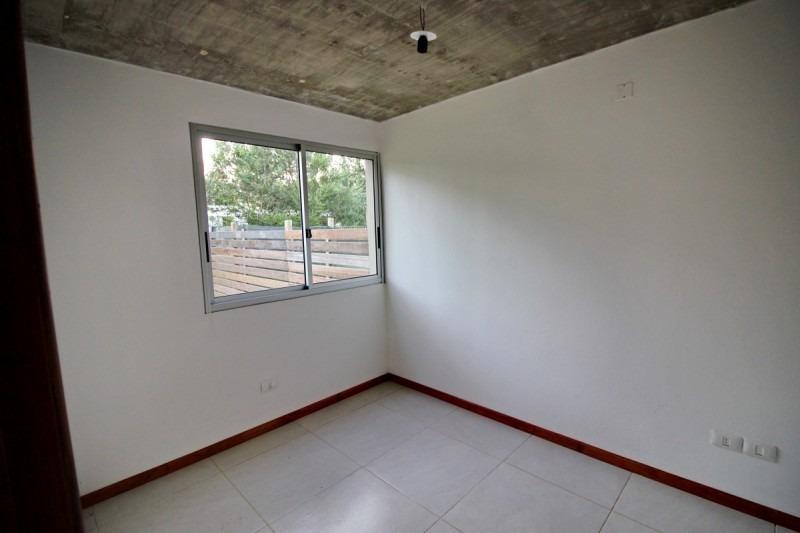 vendo casa a estrenar de 2 dormitorios en pinares, punta del este.- ref: 1