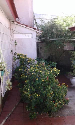 vendo casa al frente con gas natural zona centro con patio