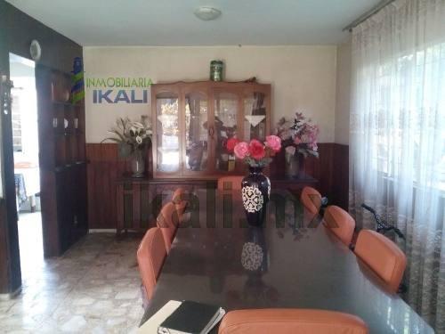 vendo casa céntrica tuxpan ver. es una casa de dos pisos, en la calle cuitláhuac # 15 de la colonia escudero, 13 m. de frente a la calle, cuenta con sala, comedor,  cocina integral, 3 recamaras, 1.5