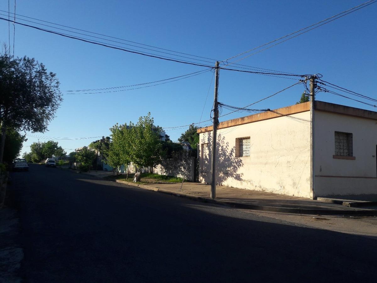 vendo casa de 3dorm con garage.