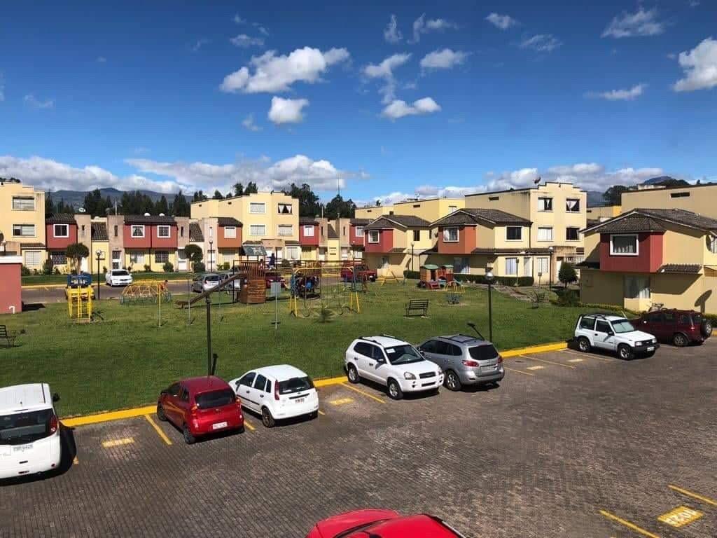 vendo casa de tres pisos en la urbanización alcalá del valle