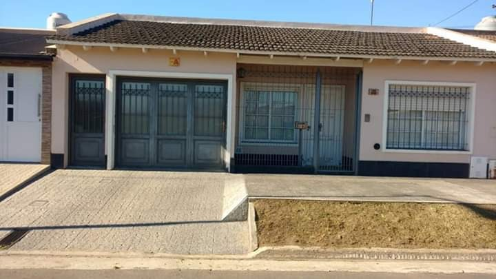 vendo casa en chivilcoy 3 dormitorios 2 baños garaje 2 autos