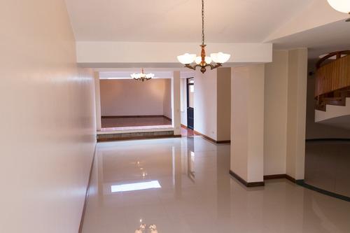 vendo casa familiar 3 habitaciones 4 baños, cuenca.
