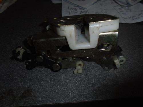 vendo cerradura trasera izquierda de kia claurus año 2000