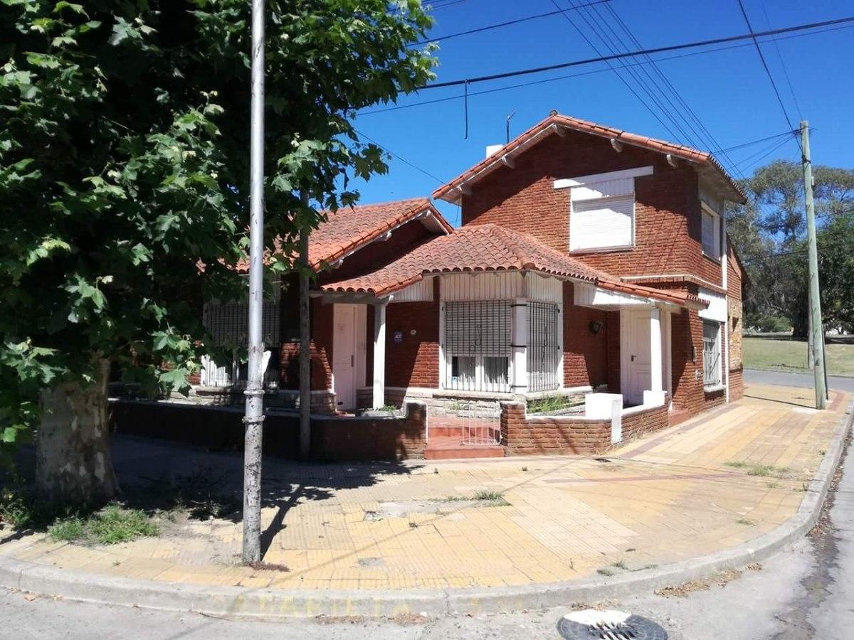 vendo chalet en esquina. avenida avellaneda. ideal oficinas o consultorios