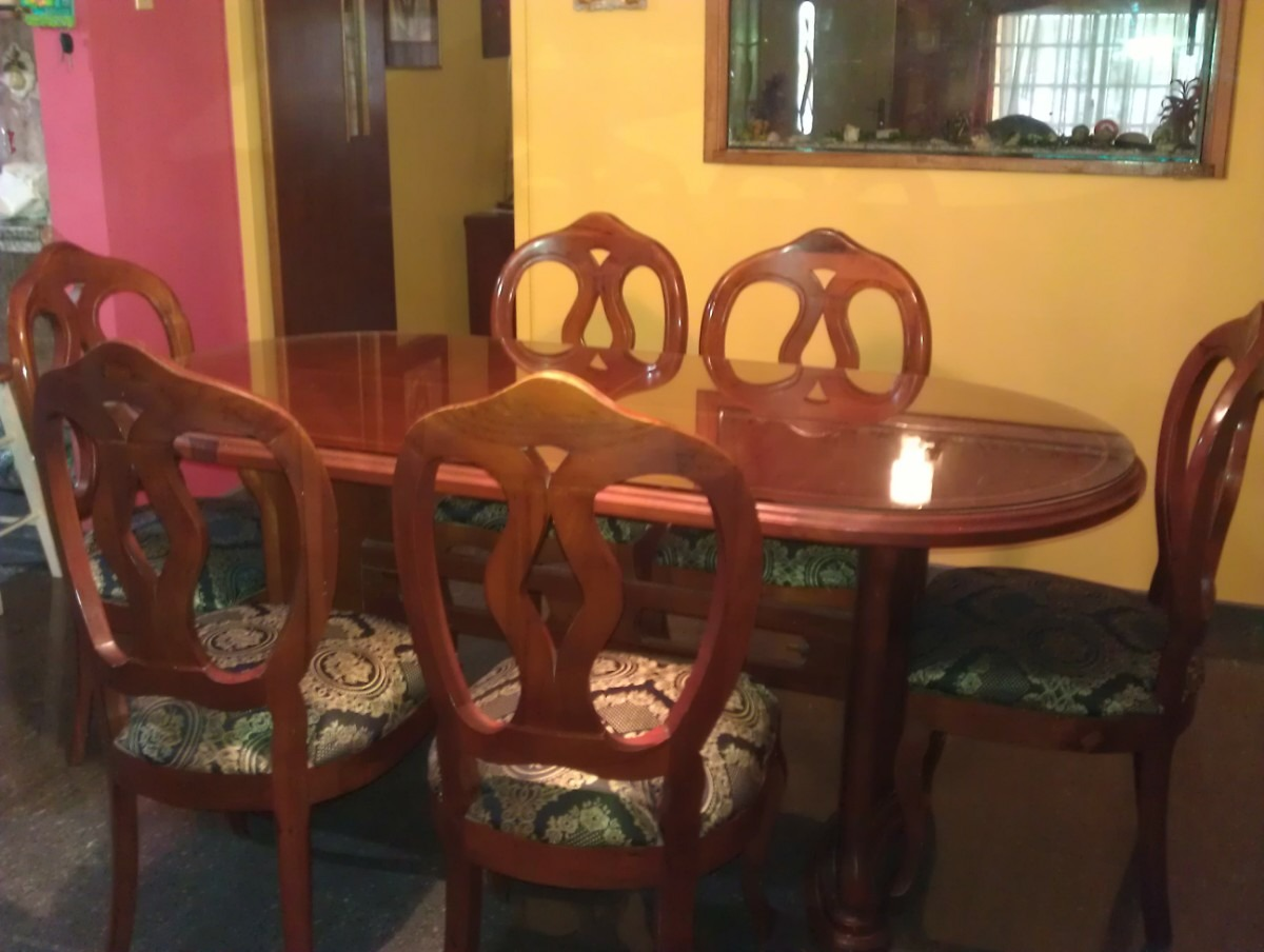 Vendo comedor ovalado de 6 sillas de madera y su vidrio for Vendo bar de madera