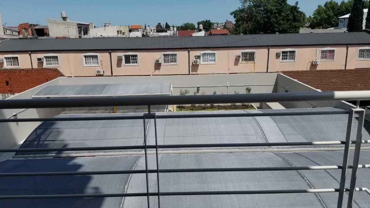 vendo en caseros amplio departamento a estrenar de 2 ambientes en 3er piso con balcon; cocina separada f: 8125