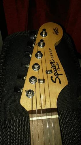 vendo guitarra eléctrica squier by fender con amplificador