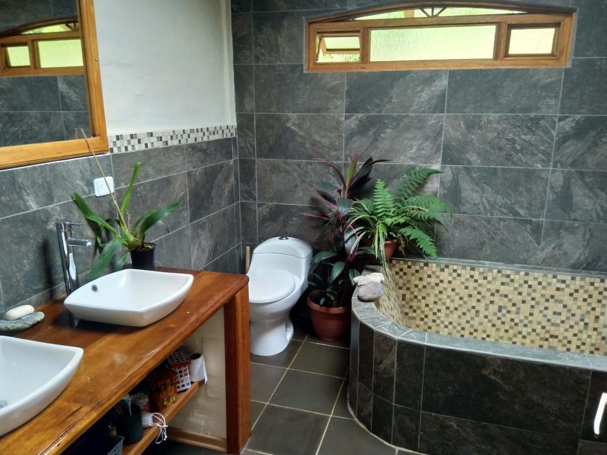 vendo hermosa propiedad con casa en baños de agua santa