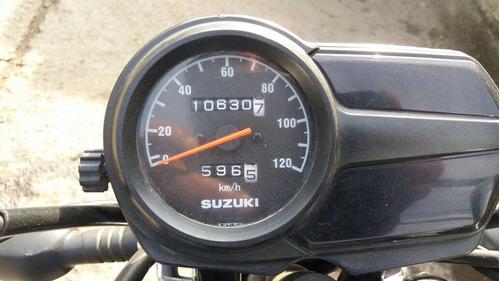 vendo moto suzuki impecable año 2014 incluye casco