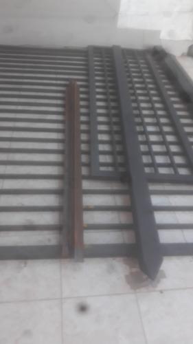 vendo porton metalico reja negra