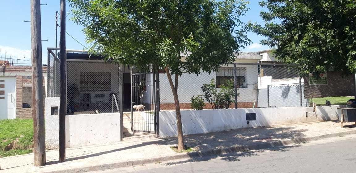 vendo propiedad en barrio los algarrobos amplio terreno