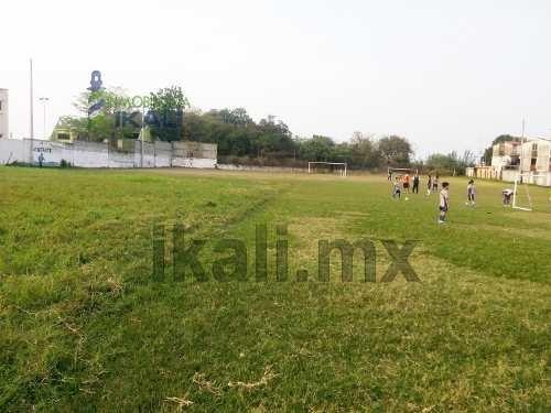vendo terreno de 5600 m² en colonia del valle de tuxpan, ver, terreno en forma de l, se encuentra ubicado a un costado de la escuela ugm sobre la avenida cuauhtemoc, cuenta con 5600 m², son 29 m de f