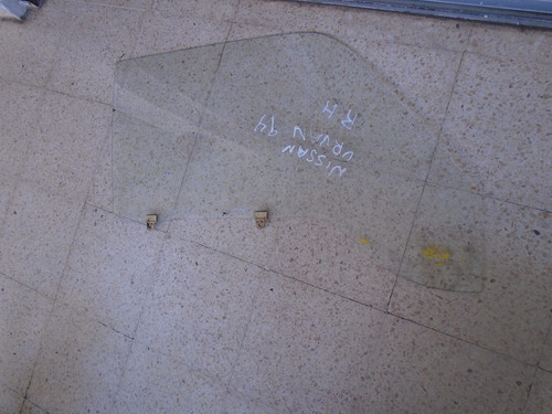 vendo vidrio delantero derecho de nissan urban año 1994