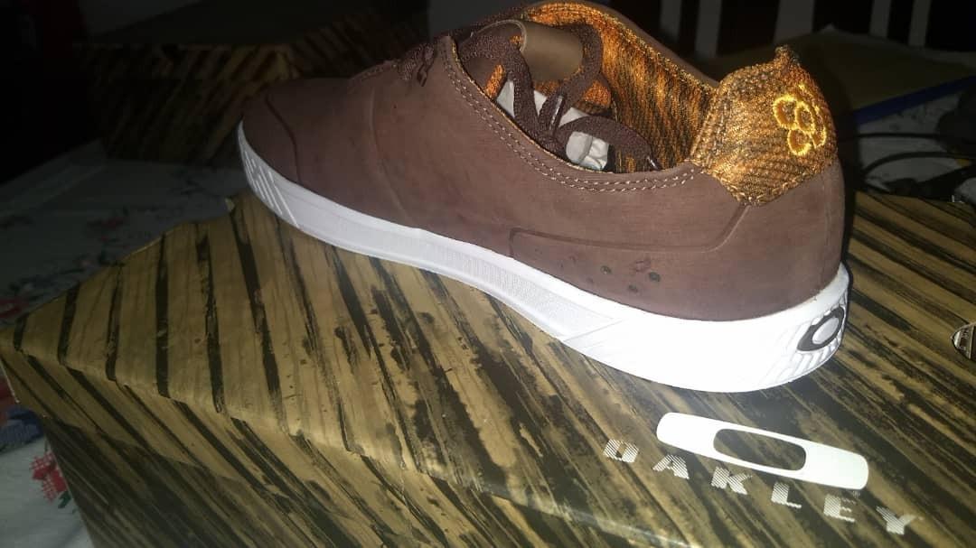 7396989f07 vendo zapatos de caballero oakley original marrones talla 10. Cargando zoom.