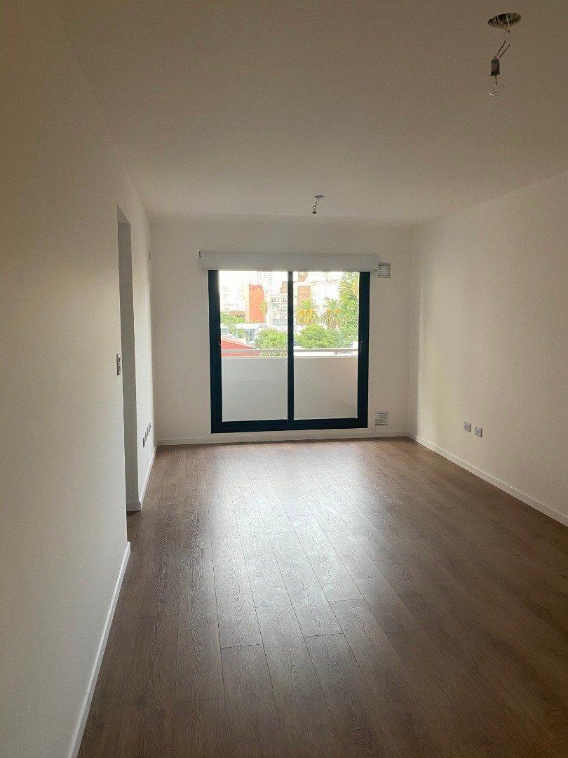 venta amplio departamento de 1 dormitorio - solarium y parrillero