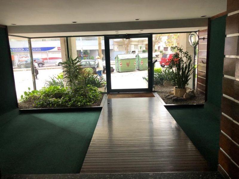 venta apto 2 dormitorios, servicio y garaje en pocitos