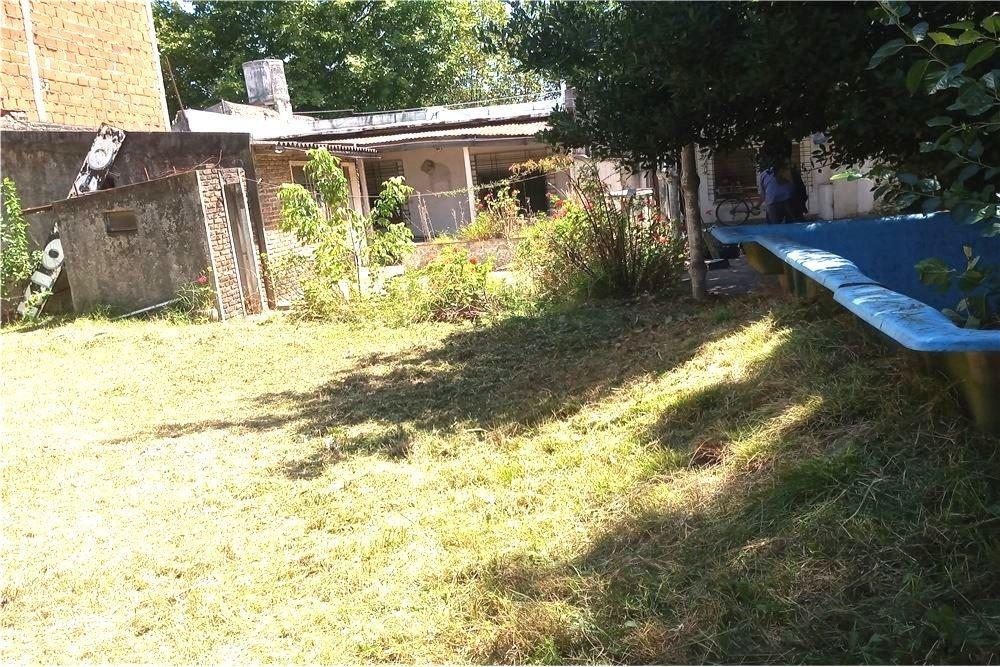 venta casa 2 dorm con local y patio en berazategui