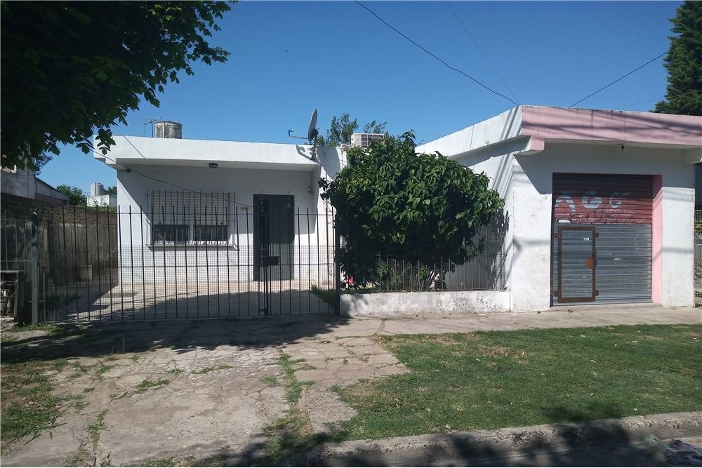 venta casa 2 dorm, patio y local berazategui