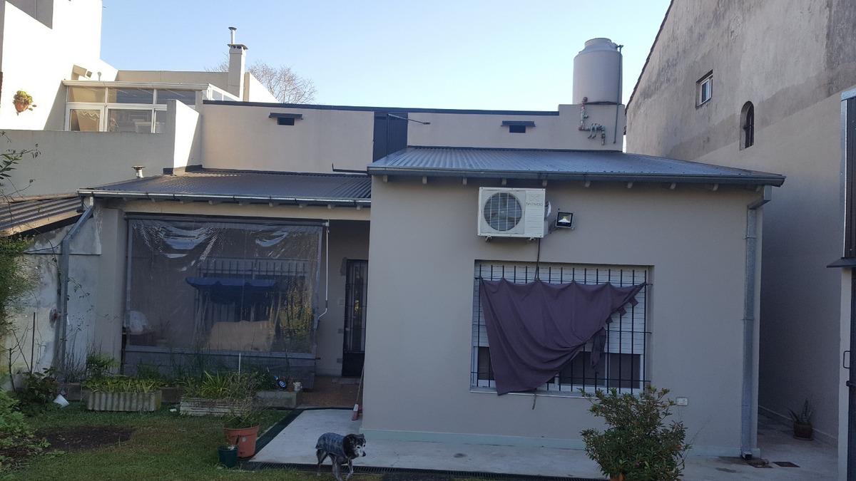 venta casa 3 ambientes con jardin y quincho en villa adelina.