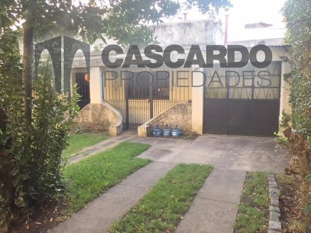 venta casa 3 ambientes con patio, jardín al frente. garage