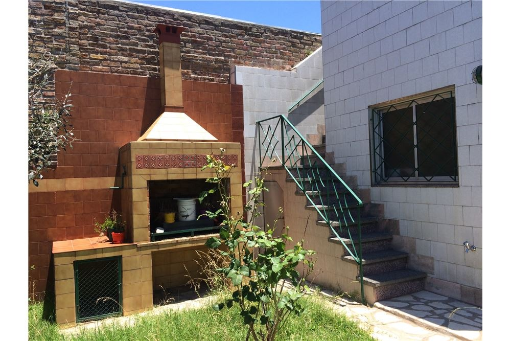 venta casa 3 ambientes en lomas del mirador. con cochera y parque!! consulte financiación!! retazada!!