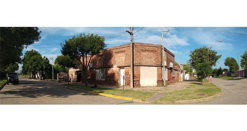 venta casa 3 dormitorios c/local - pilar,santa fe