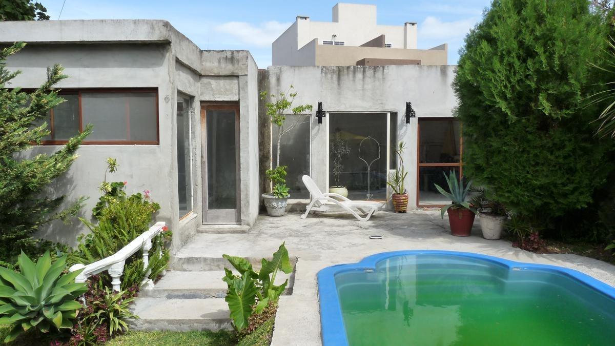 venta. casa 3 dormitorios, con parque y piscina, zona céntrica próxima a la estación.
