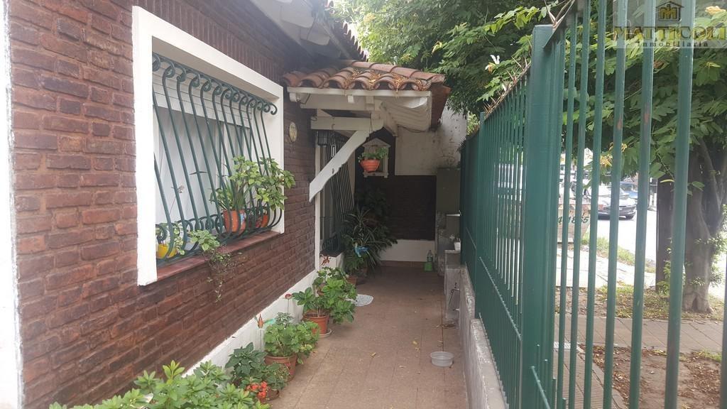 venta casa 3/4 ambientes en esquina con garaje para 2 autos, patio y terraza en san martin