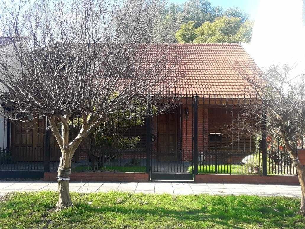 venta casa 4 amb. c/ jardín y pileta, banfield. toma prop. en parte de pago