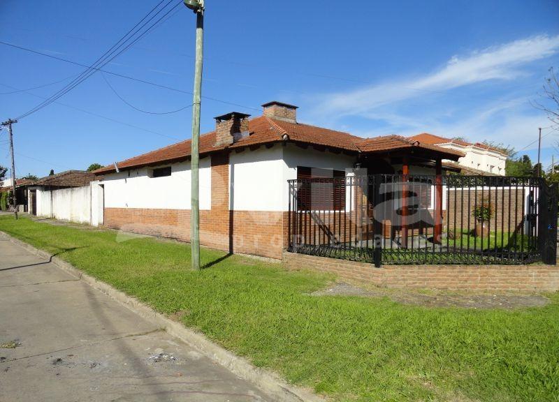 venta casa 4 amb en barrio alas, ciudad evita, con parque y