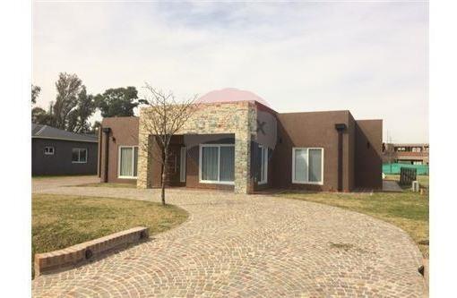venta casa 4 ambientes, amoblada en club de campo el nacional. con cochera, quincho, pileta y gran parque!! consulte financiación