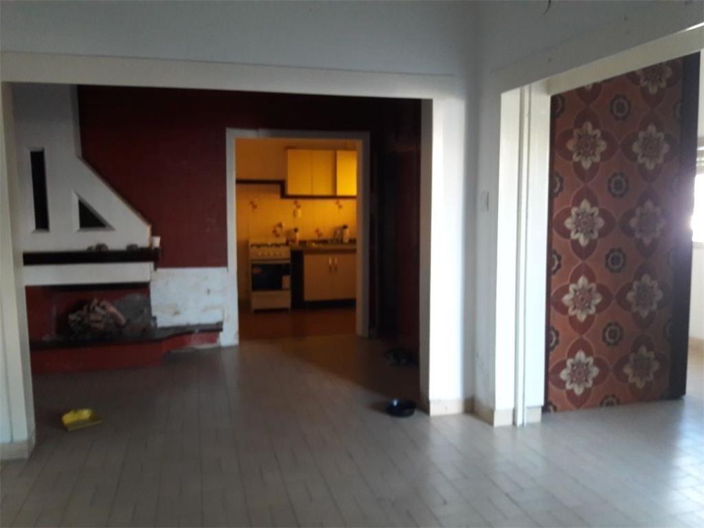 venta casa 4 ambientes con jardín y cochera. apta credito