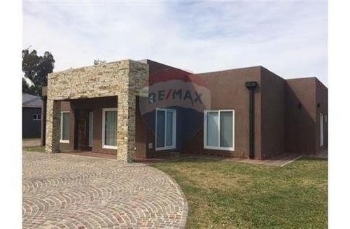 venta casa 4 ambientes en club de campo el nacional. con cochera, quincho, pileta y gran parque!! consulte financiación