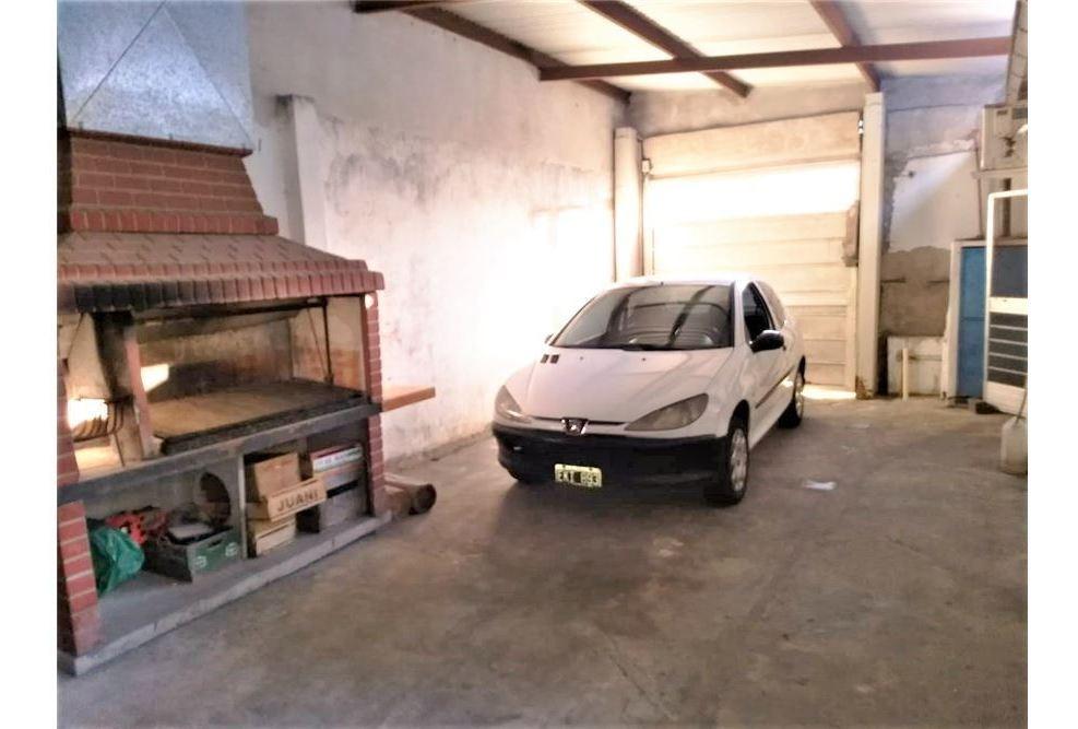 venta casa 4 ambientes quincho y garaje - permuta