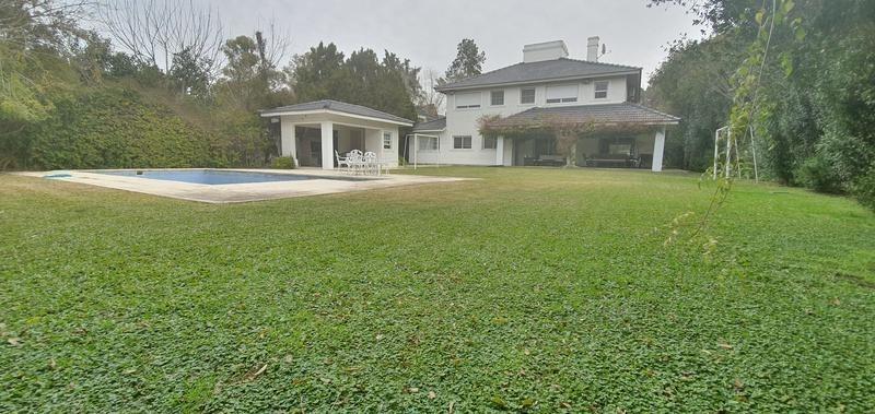 venta casa 4 dormitorios con piscina y gran jardín en country miraflores de escobar