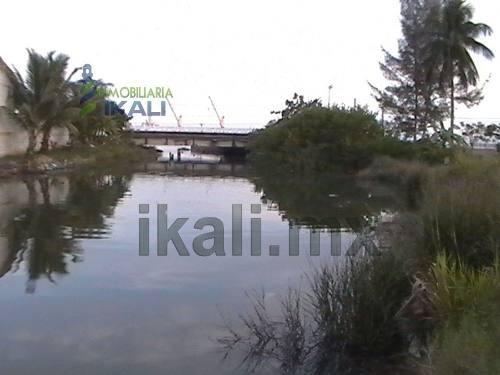 venta casa 4 habitaciones frente al río tuxpan veracruz, se encuentra ubicado en la calzada, cerca del río tuxpan, cuenta con 400 m² de terreno, 200 m² de construcción y 400 m² de área federal, hermo