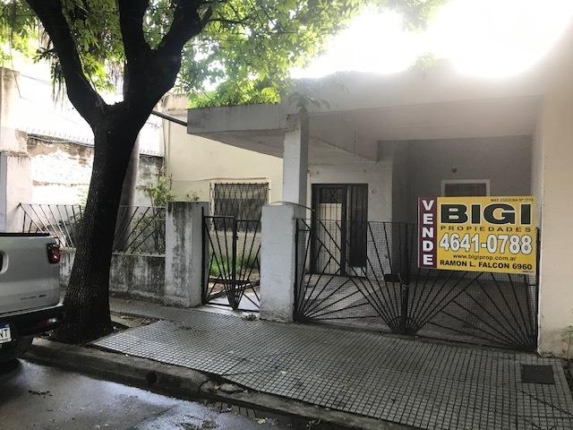 venta casa 8.66x17.44m con garage a reciclar en liniers.