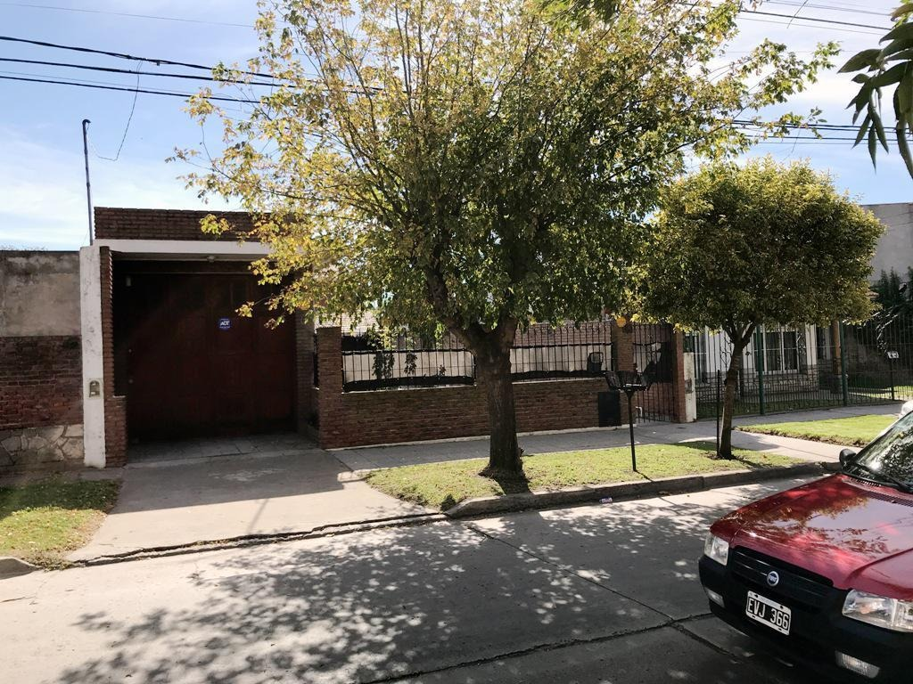 venta casa a pasos de  avenida juan b. justo !