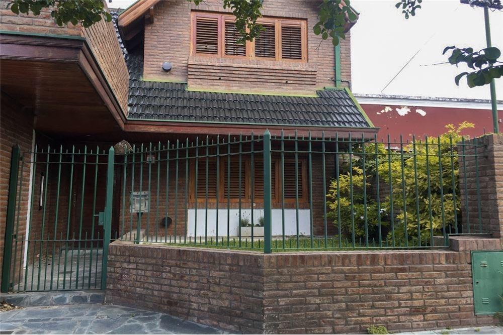 venta casa bernal con fondo y pileta