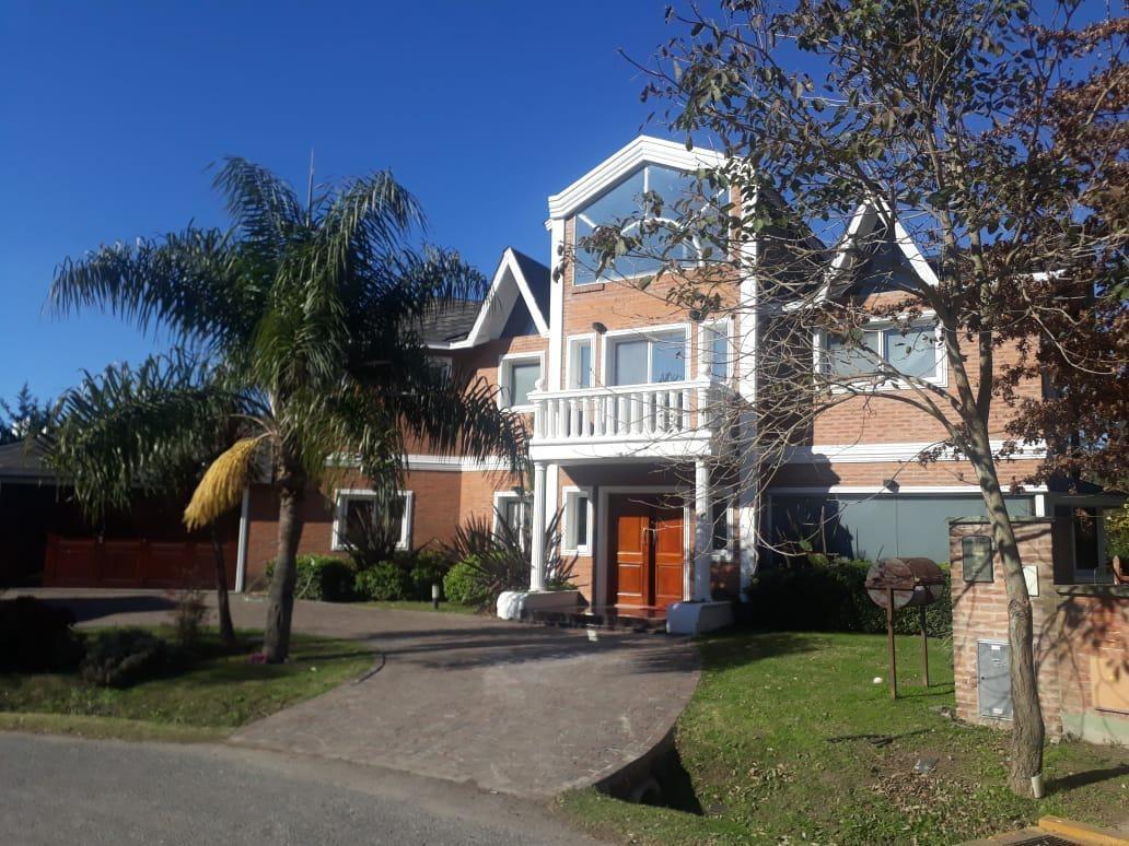 venta casa - campos de alvarez- parque- piscina- quincho- luminosa-amplia