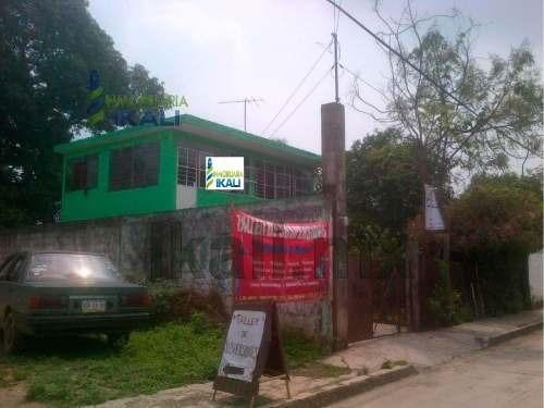 venta casa céntrica zona comercial álamo veracruz. se encuentra ubicada en la colonia centro de la ciudad sobre la calle independencia. cuenta con recibidor, sala, comedor, cocina, 3 recamaras, 1 bañ